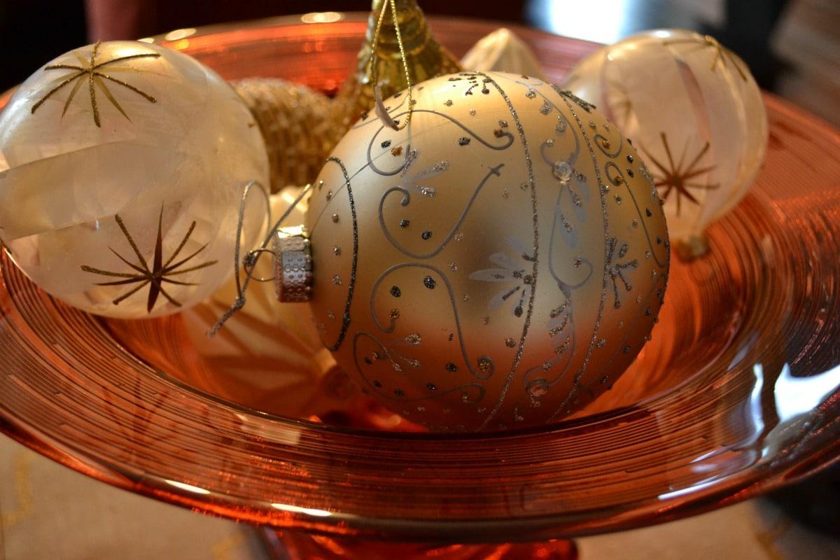 christmas-ornaments-centerpiece